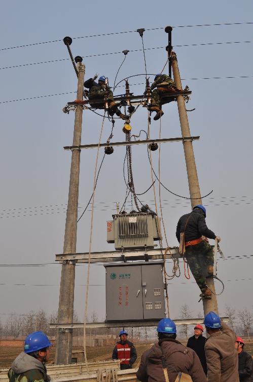 定州供电公司变压器增容 助力春灌抗旱