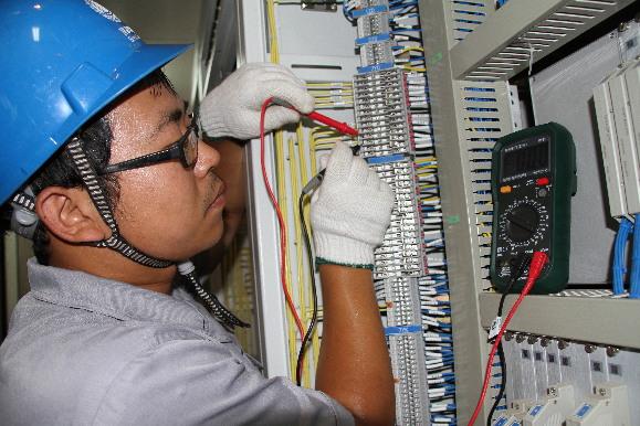 阳原供电公司排查变电站主控室接线