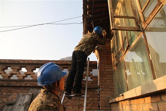 国网沽源县供电公司:节前保用电情暖农民工