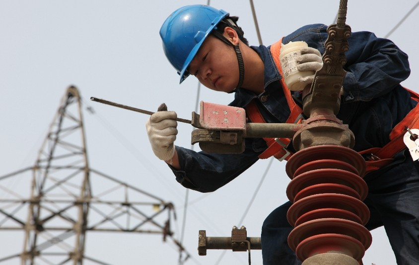 国网邢台供电公司员工认真检修电力设备